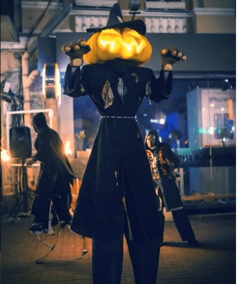 stilt-walkers-halloween